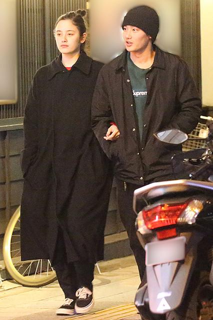 報道のあった女性セブンによると、4月12日の夜に野村周平さんとモデルの琉花さんが自宅から二人で出てきて、都内のタリアンレストランへ、入っていったというもの。
